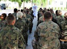 Żołnierska rzecz: jedni ćwiczą inni się modlą!